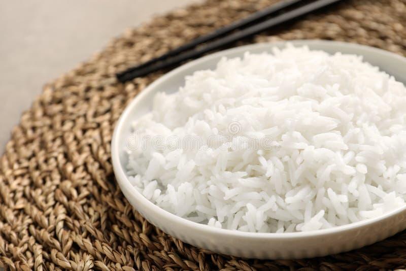 Placa del arroz cocinado sabroso en la estera de mimbre imágenes de archivo libres de regalías