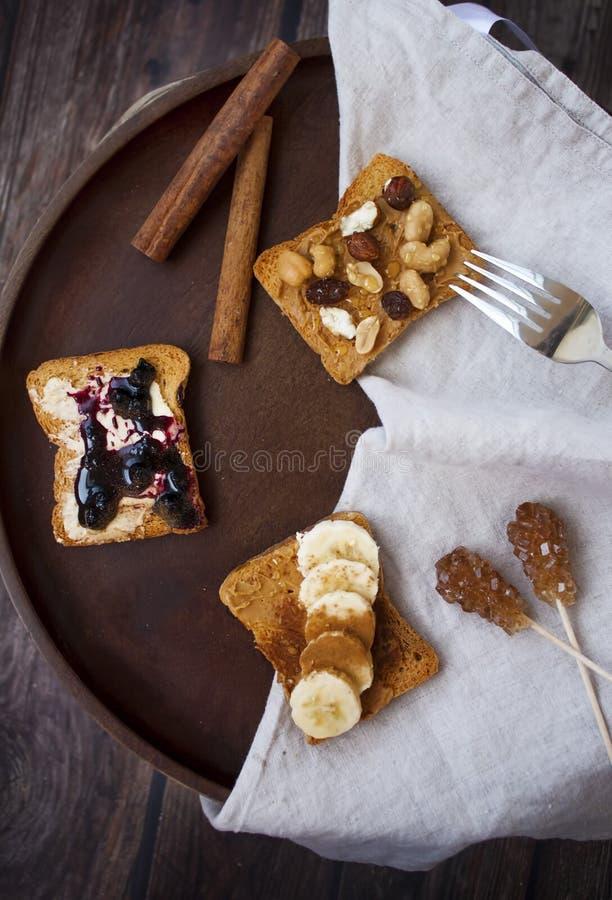 Placa del desayuno con diversos tipos de tostada imagen de archivo libre de regalías