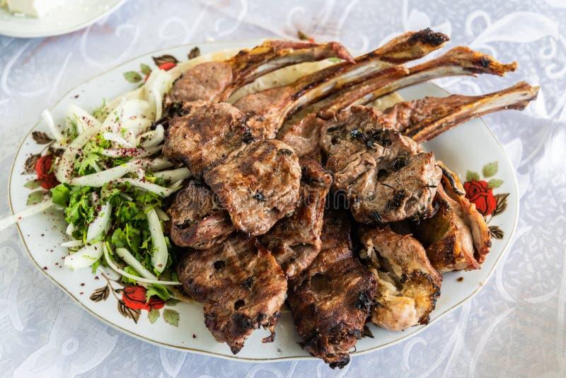 Placa del kebab con las costillas del cordero, en Azerbaijan imagen de archivo libre de regalías