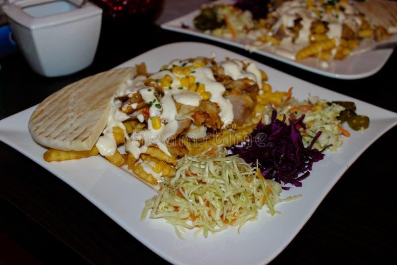 Placa del kebab del pollo Con la ensalada griega fotos de archivo
