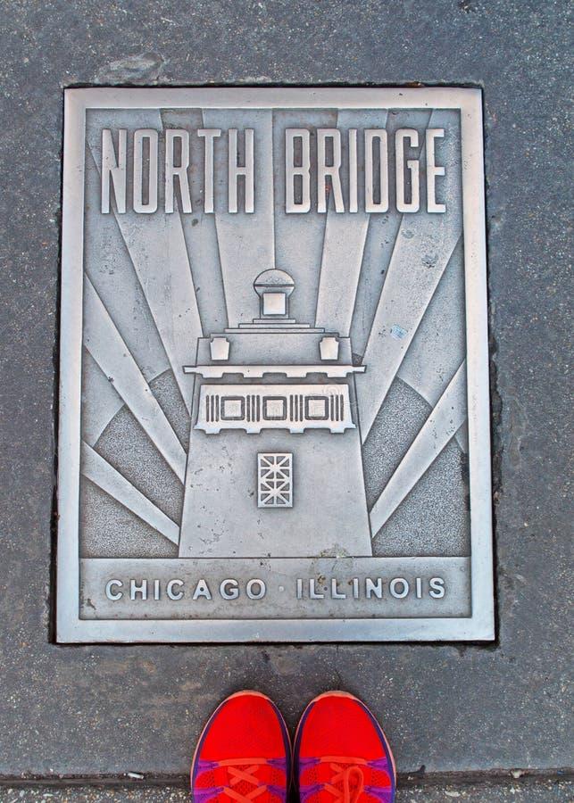 Placa del norte del puente en la calle con un par de zapatos, Chicago foto de archivo libre de regalías