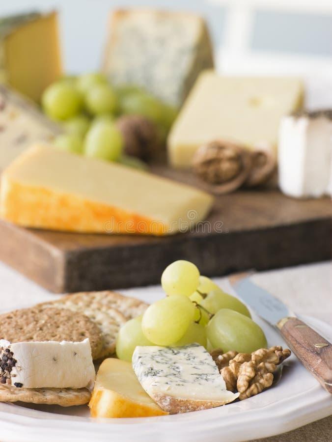 Placa del queso y de las galletas con una tarjeta del queso imagenes de archivo