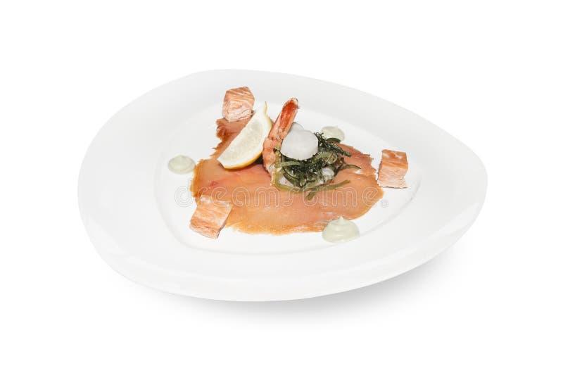 Placa del salmón ahumado y de rey Prawn Appetizer aislada sobre blanco fotos de archivo