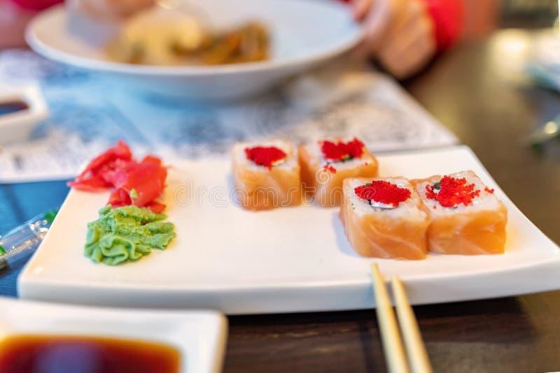 Placa del sushi de Philadelphia y salsa de soja, fondo borroso imágenes de archivo libres de regalías