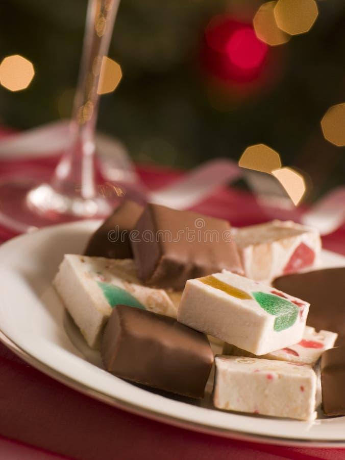 Placa del turrón sumergido y llano del chocolate foto de archivo libre de regalías