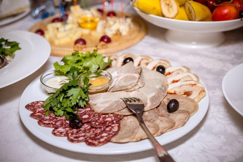 Placa do alimento com salame delicioso, partes de presunto cortado, salsicha, salada e vegetal Bandeja das carnes frias Salsicha  imagens de stock royalty free