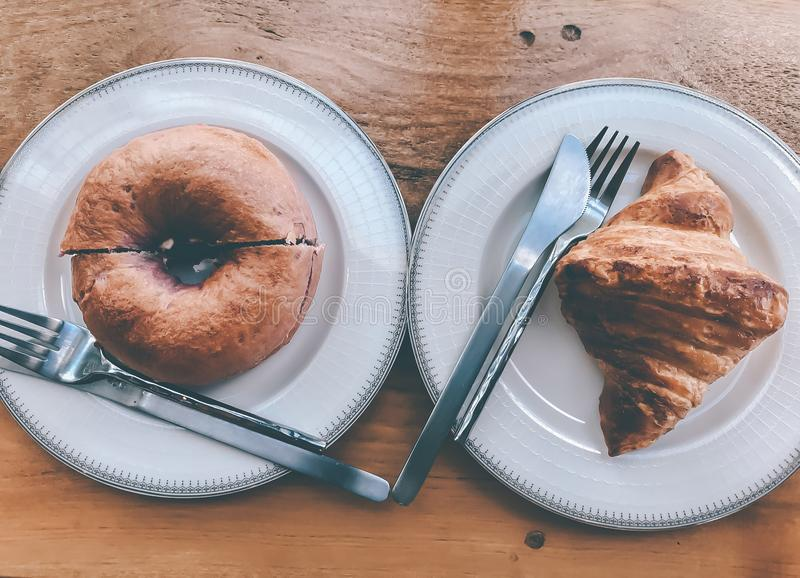 Placa do alimento da opinião superior da filhós do croissant foto de stock royalty free