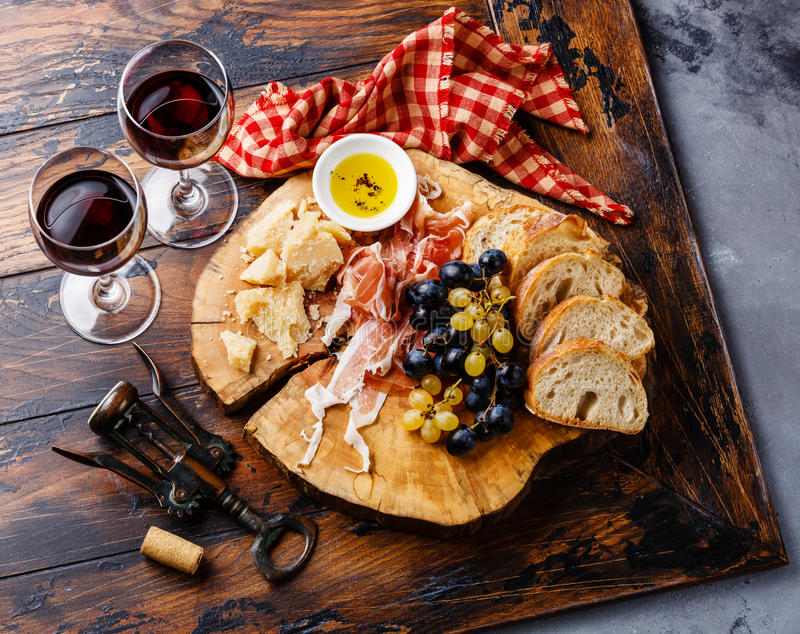 Placa do aperitivo com prosciutto, queijo, pão e vinho imagem de stock royalty free