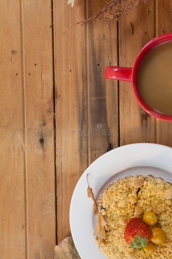 Placa do café da manhã com a caneca de café na tabela imagens de stock royalty free
