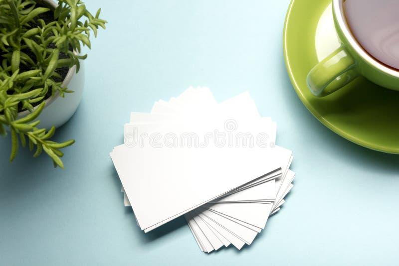 Placa do cartão sobre a tabela do escritório Modelo de marcagem com ferro quente dos artigos de papelaria incorporados fotos de stock
