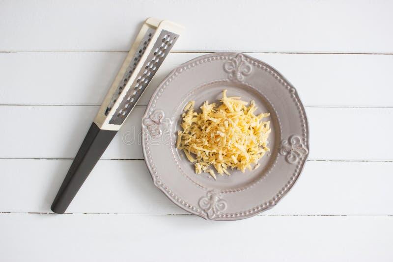 Placa do cinza do queijo raspado fotografia de stock royalty free