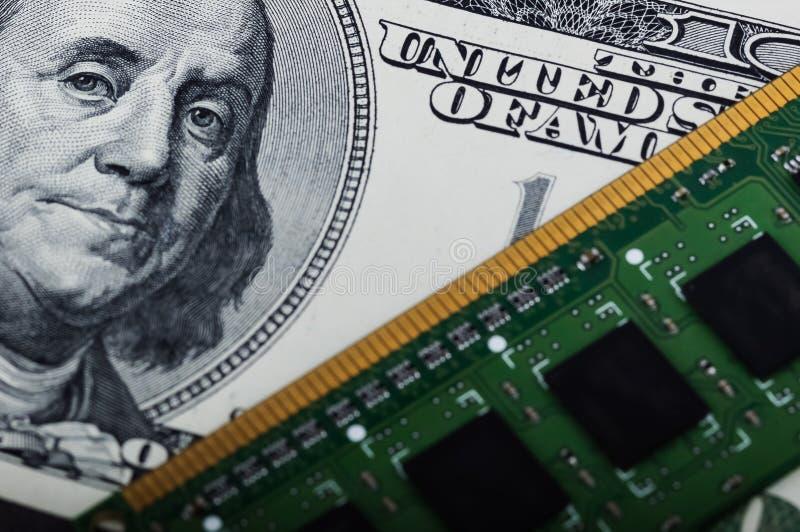 Placa do computador e cem dólares de close up da conta fotos de stock royalty free