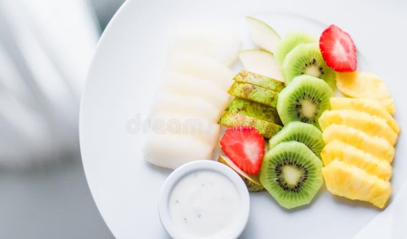 a placa do fruto serviu - frutos frescos e comer saudável o conceito denominado foto de stock