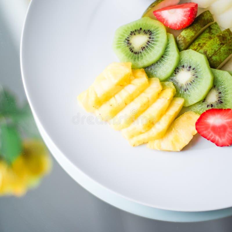 a placa do fruto serviu - frutos frescos e comer saudável o conceito denominado fotografia de stock