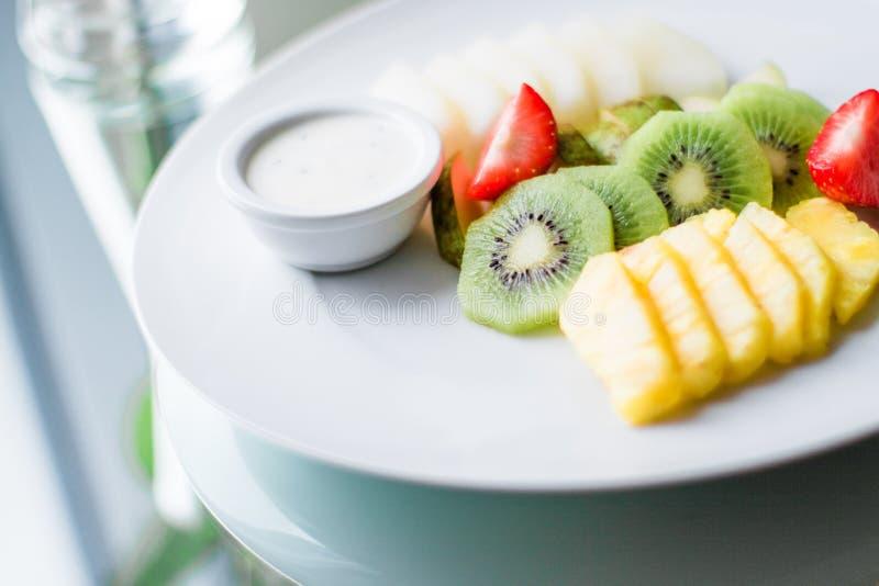 a placa do fruto serviu - frutos frescos e comer saudável o conceito denominado fotos de stock royalty free