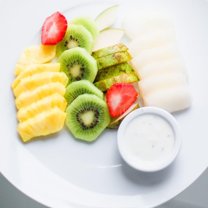 a placa do fruto serviu - frutos frescos e comer saudável o conceito denominado foto de stock royalty free