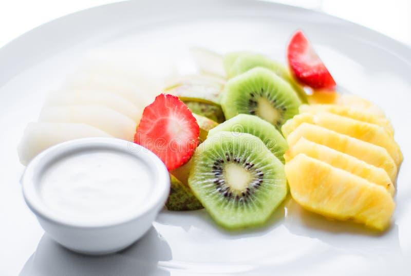 a placa do fruto serviu - frutos frescos e comer saudável o conceito denominado imagem de stock