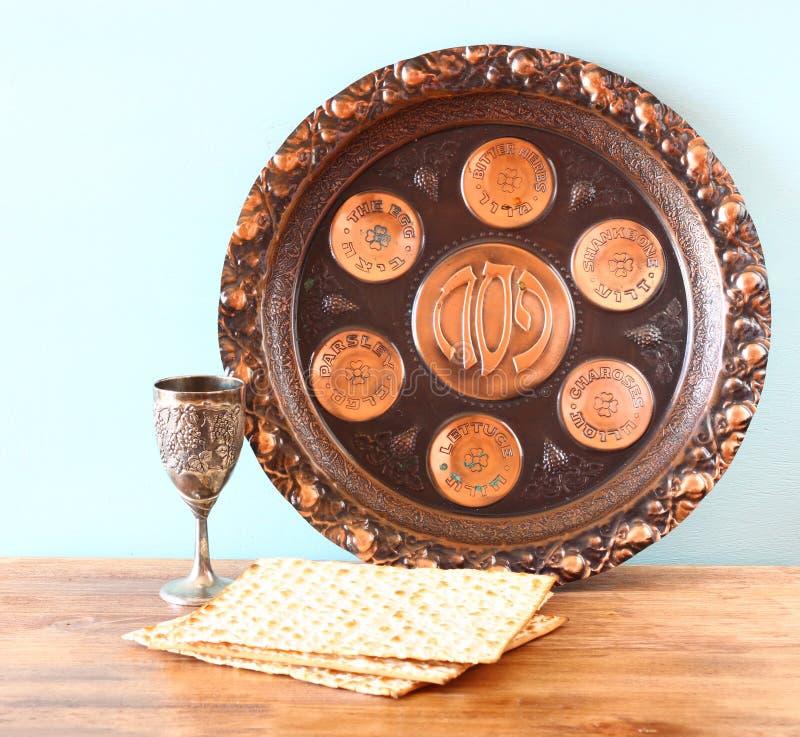 Placa do fundo da páscoa judaica, vinho e pão judaico do passover do matzoh sobre o fundo de madeira imagens de stock