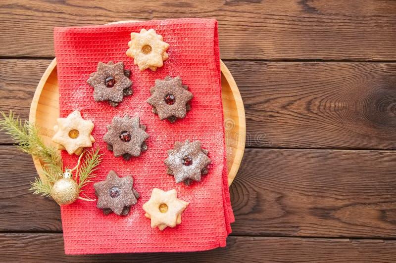 A placa do linzer do chocolate e da baunilha star cookies com raspberr imagens de stock royalty free