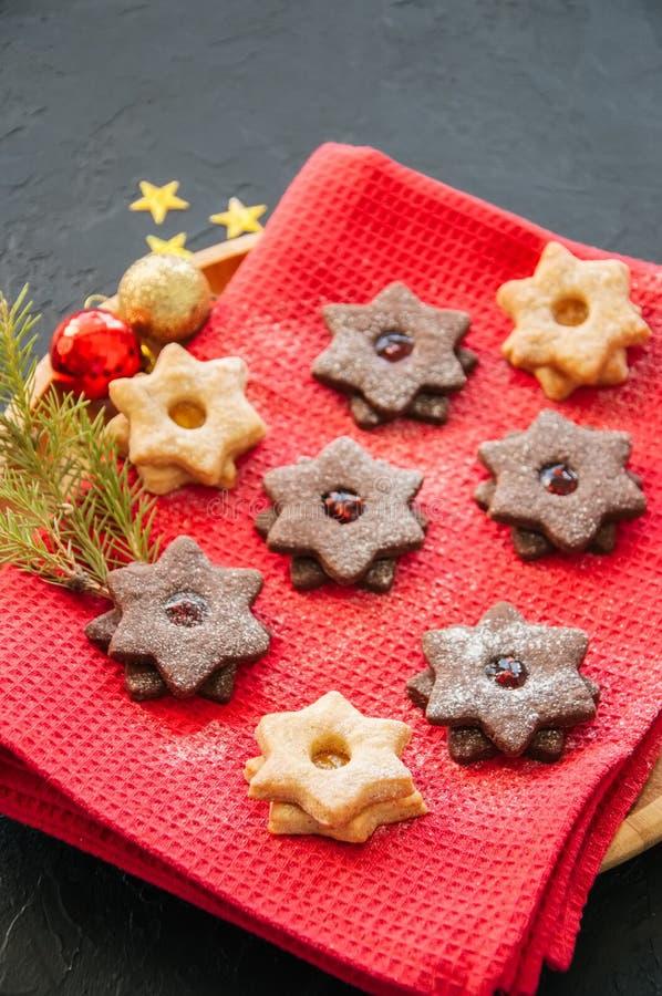 A placa do linzer do chocolate e da baunilha star cookies com raspberr imagem de stock royalty free