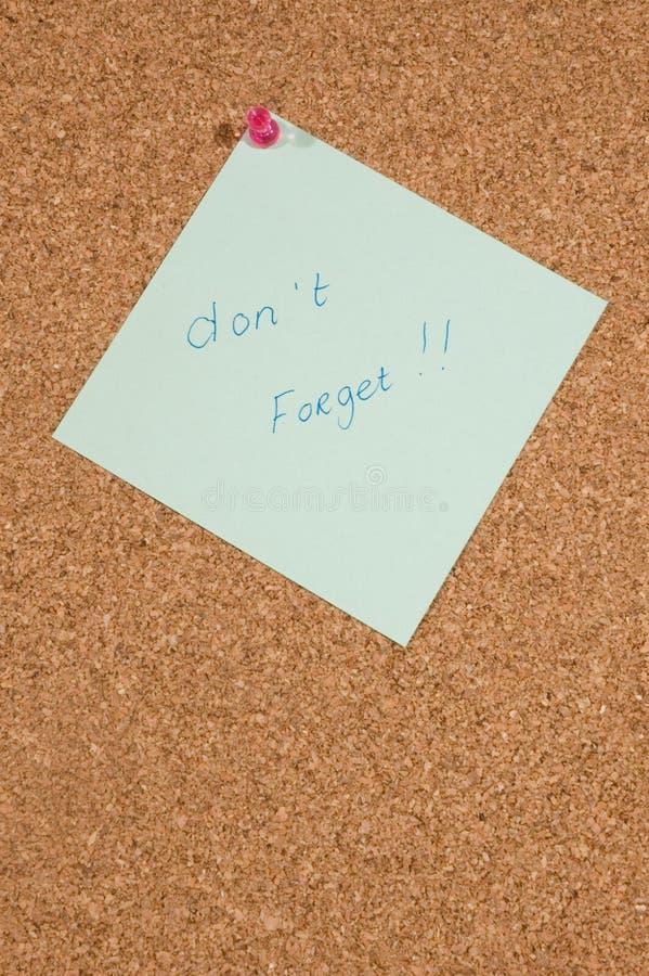 Placa do memorando com mensagem: não esqueça imagens de stock