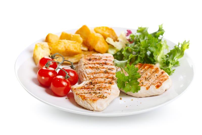 Placa do peito de frango grelhado com vegetais imagem de stock