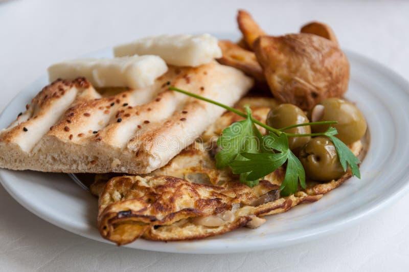 Download Placa Do Pequeno Almoço Com Omeleta Foto de Stock - Imagem de queijo, batatas: 26500610