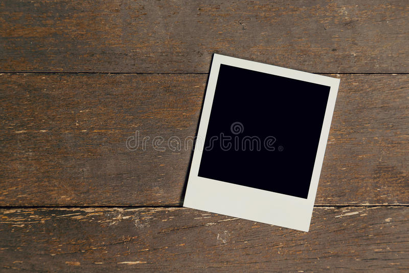 Placa do quadro da foto do vintage no fundo de madeira velho imagem de stock