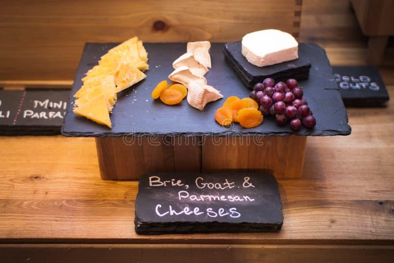 Placa do queijo no hotel fotos de stock