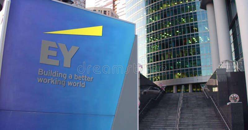 Placa do signage da rua com Ernst e logotipo novo Arranha-céus moderno do centro do escritório, fundo das escadas 3D editorial ilustração royalty free
