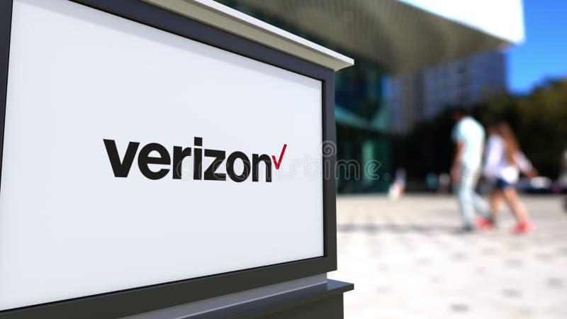 Placa do signage da rua com logotipo de Verizon Communications Centro borrado do escritório e fundo de passeio dos povos 3D edito ilustração royalty free