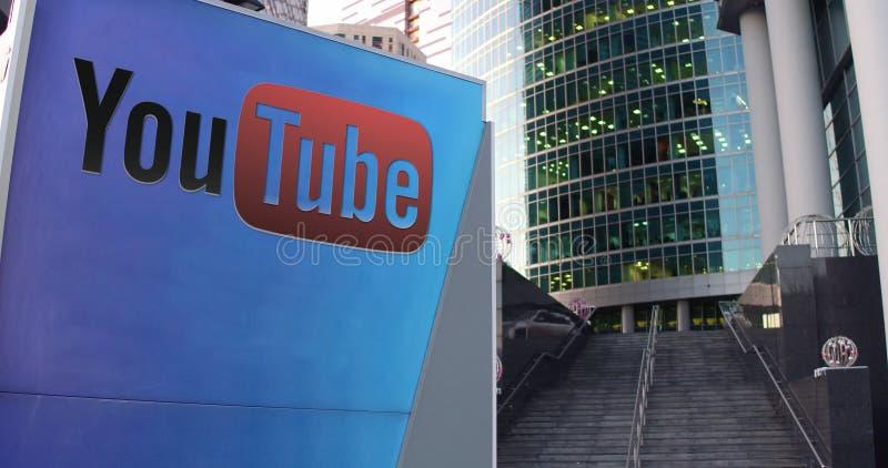 Placa do signage da rua com logotipo de Youtube Arranha-céus do centro do escritório e fundo modernos das escadas Rendição 3D edi ilustração royalty free