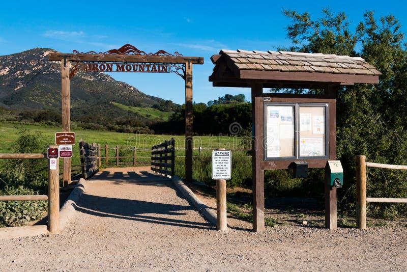 Placa do Signage e da informação na entrada à fuga de Iron Mountain fotografia de stock