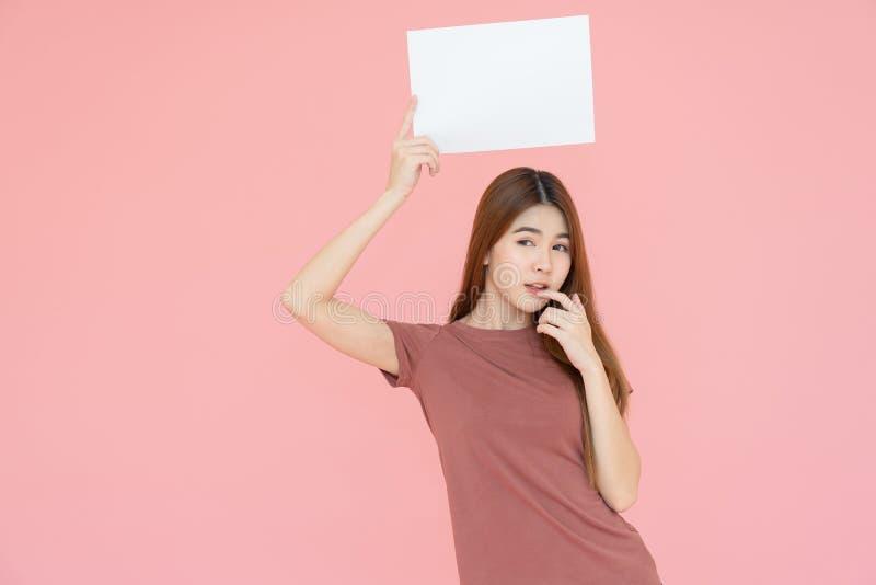 Placa do sinal de propaganda da terra arrendada da mulher de Ásia e dedo de sorriso novos apontar Retrato isolado no fundo cor-de foto de stock