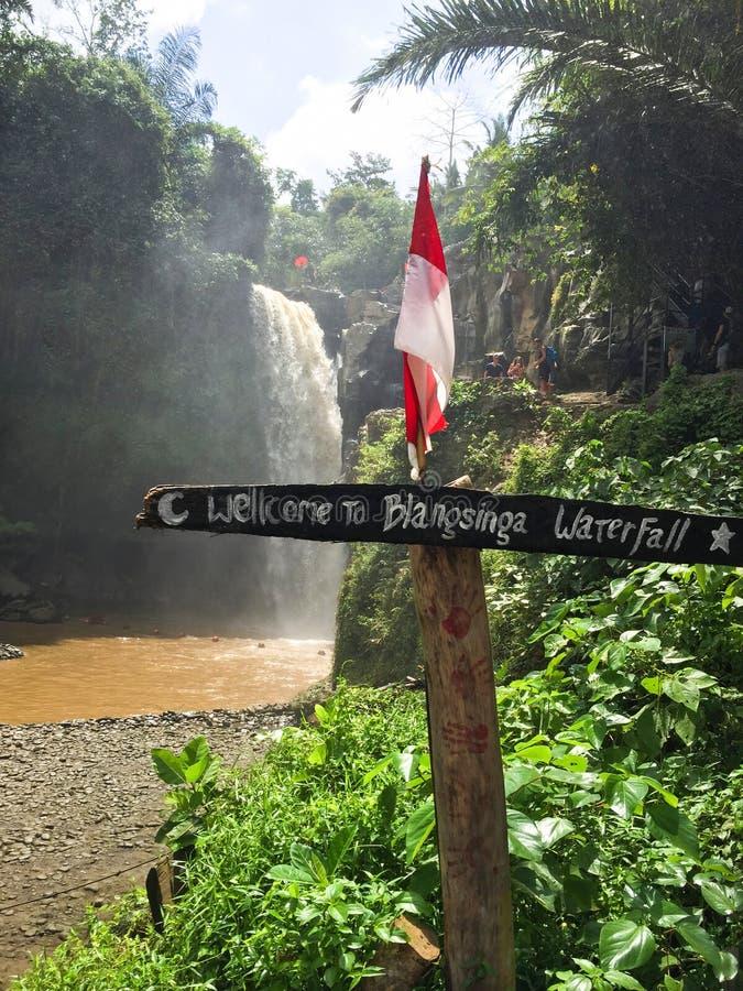 Placa do sinal na cachoeira de Tegenungan na ilha Indonésia de Bali imagens de stock