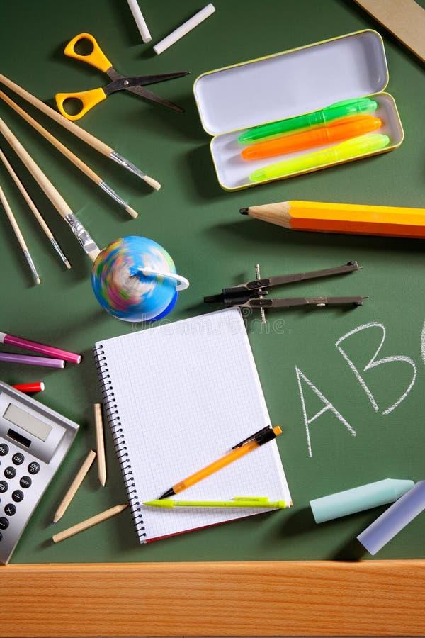 Placa do verde do quadro-negro da escola do ABC de volta à escola fotos de stock