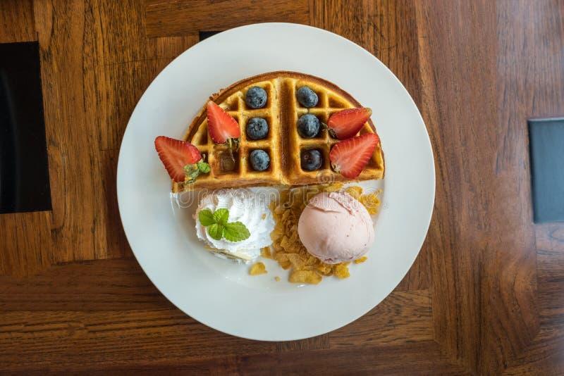 Placa do waffle de Bélgica com gelado de morango fotografia de stock