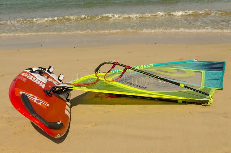 Placa do windsurfe na borda do ` s da água imagem de stock royalty free