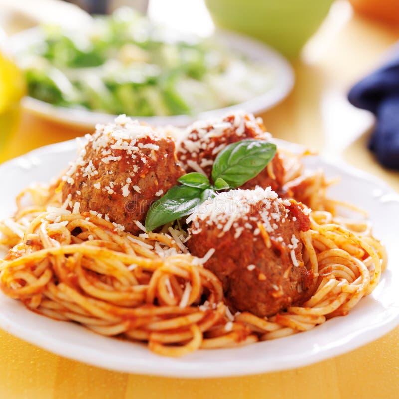 Placa dos espaguetes e de almôndegas italianos imagem de stock royalty free