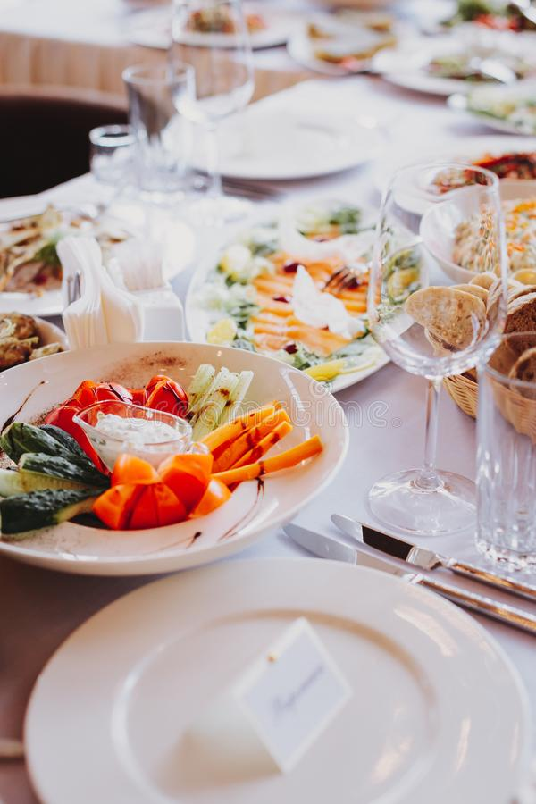 Placa dos petiscos em uma tabela de bufete em um restaurante imagens de stock royalty free