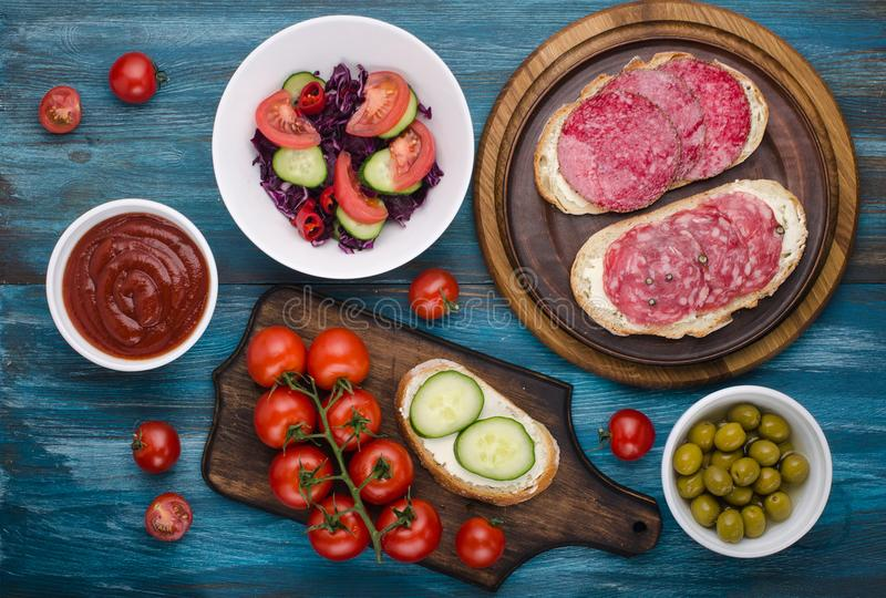 placa dos sanduíches com salame imagem de stock royalty free