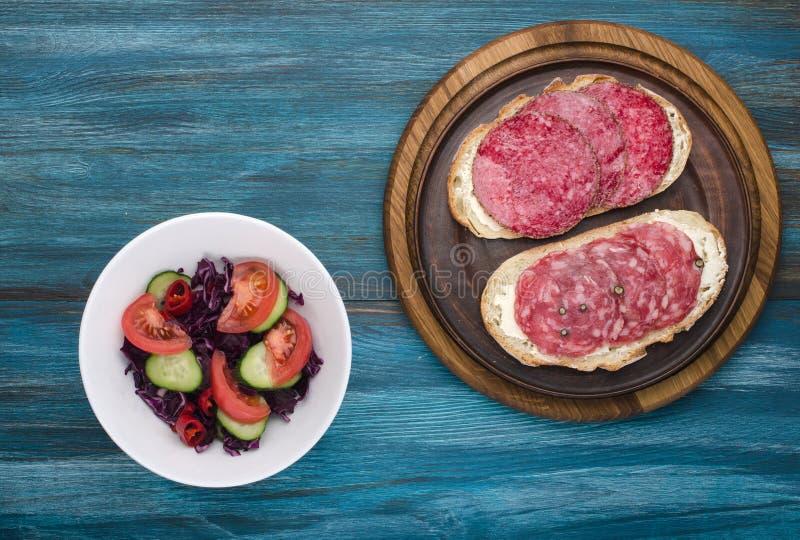 placa dos sanduíches com salame fotos de stock royalty free