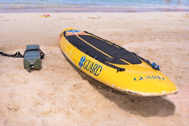 Placa e boia amarelas da salva-vidas no Sandy Beach Naminoue em Naha City em Okinawa Prefecture, Japão imagens de stock