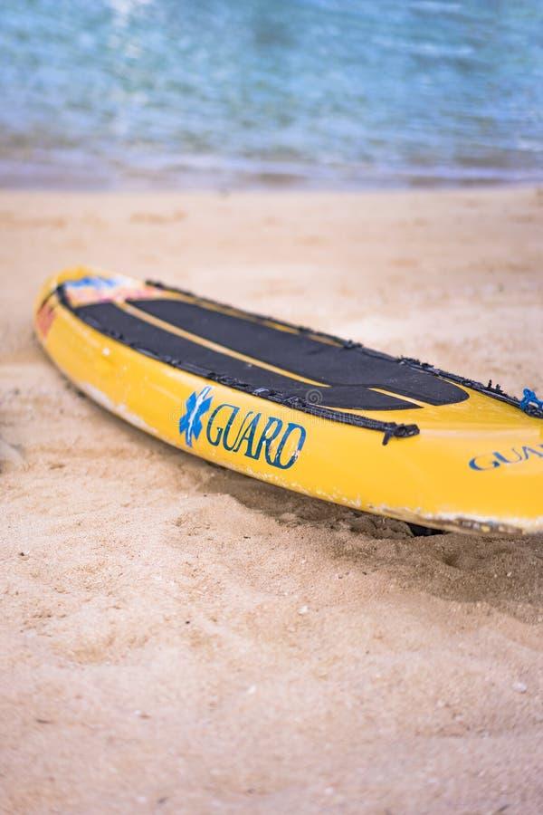 Placa e boia amarelas da salva-vidas no Sandy Beach Naminoue em Naha City em Okinawa Prefecture, Japão fotos de stock royalty free