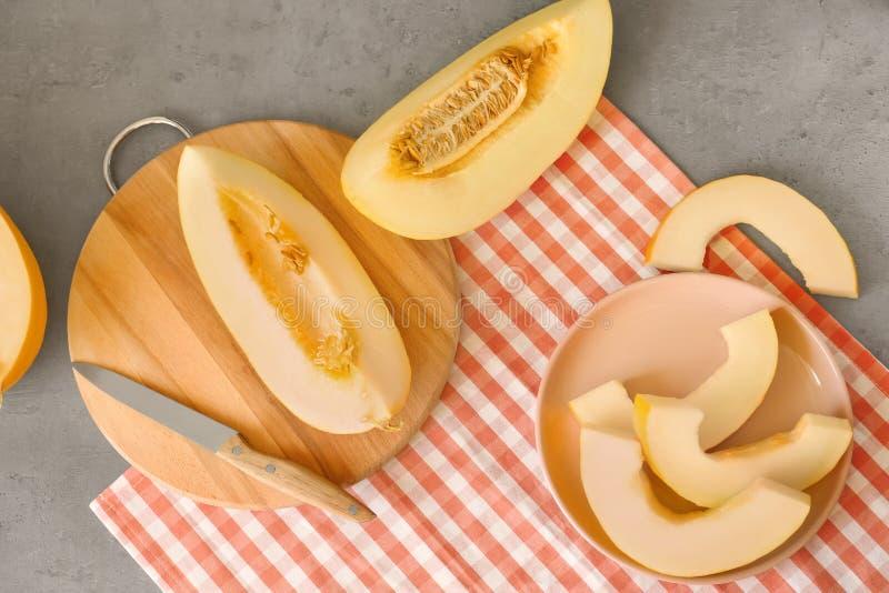 Placa e placa com o melão cortado maduro na tabela imagem de stock royalty free