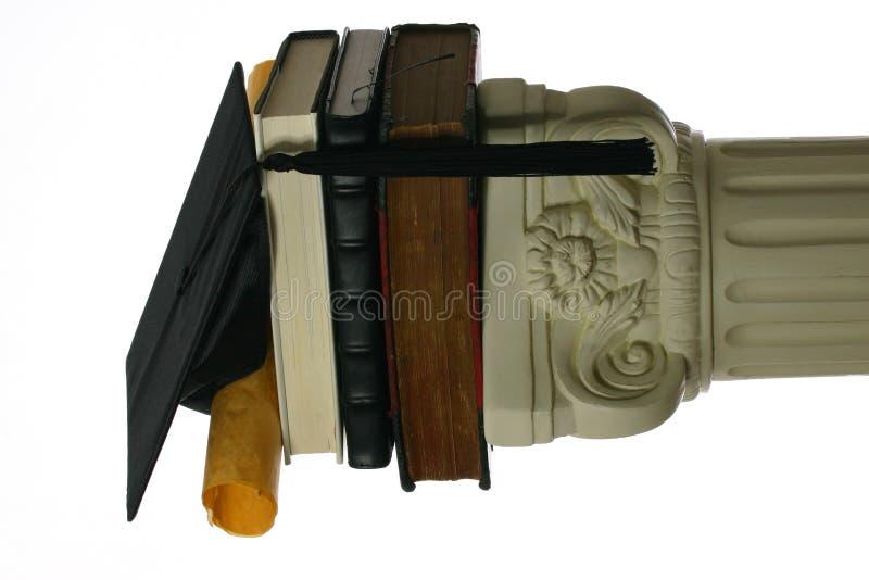 Placa e diploma do almofariz na pilha de livros foto de stock royalty free