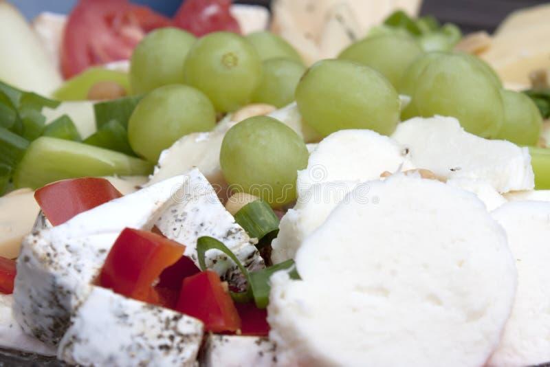 Placa e uvas de queijo fotos de stock