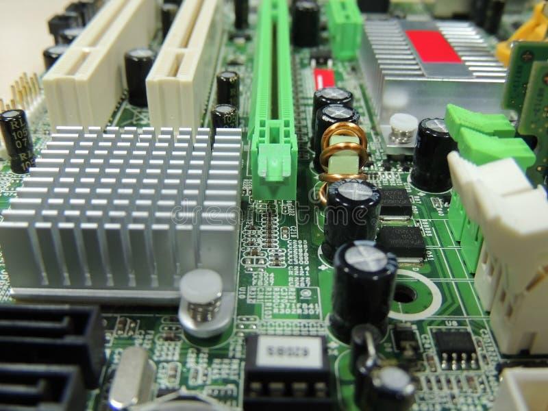 A placa eletrônica do computador com componentes de rádio detalhou a imagem conservada em estoque fotos de stock royalty free