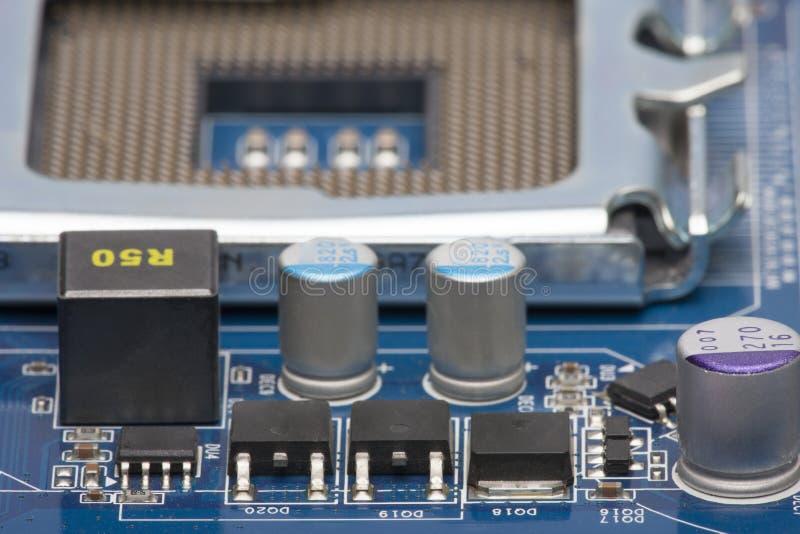 placa eletrônica Profundidade de campo rasa No fundo borrado, você pode ver o soquete do processador imagens de stock