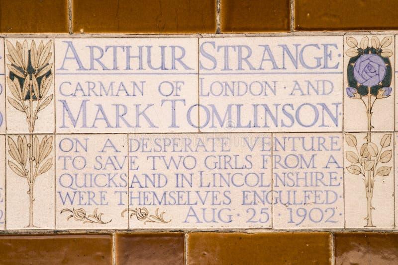 Placa en el monumento al sacrificio de uno mismo heroico en Londres fotos de archivo